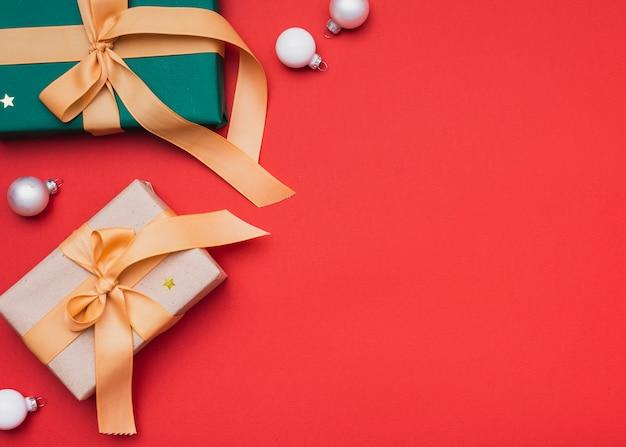 Подарки на рождество с глобусами и копией пространства