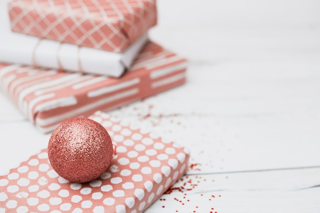 クリスマスボールの近くのラップでプレゼント