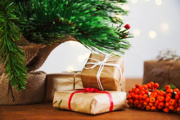 크리스마스 트리 옆에 선물