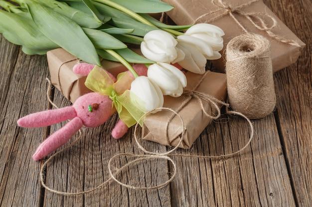 Подарки с игрушечным зайчиком и цветами