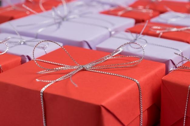 赤と薄紫色の紙で包まれたプレゼント