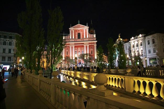 夜、リュブリャナ、スロベニアのpreserenクワレのフランシスコ会教会