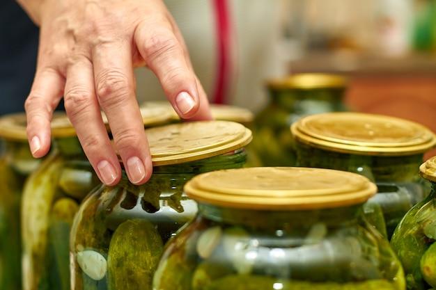 Консервация свежих домашних огурцов в стеклянных банках