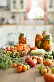 トマトとキュウリの保存、収穫は瓶に塩漬けされます