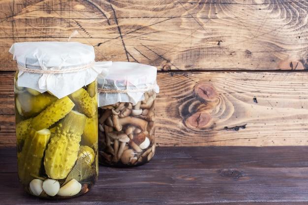 Консервация овощей в банках. продукты брожения. заготовка огурцов и грибов на зиму. скопируйте пространство.