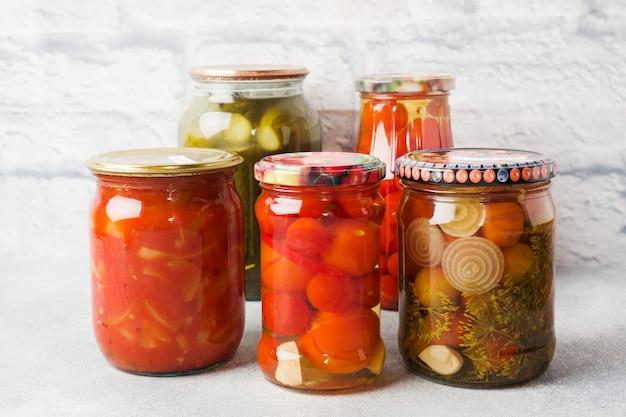 銀行での野菜の保存。発酵製品。冬のキュウリとトマトの収穫。