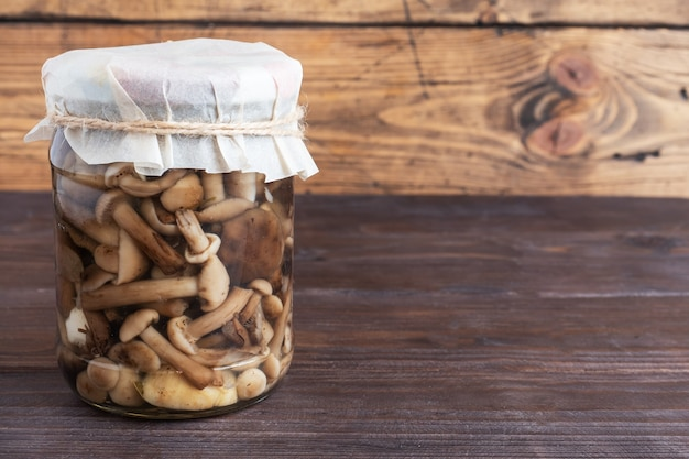 Консервация овощей в банках. продукты брожения. заготовка грибов на зиму. скопируйте пространство.