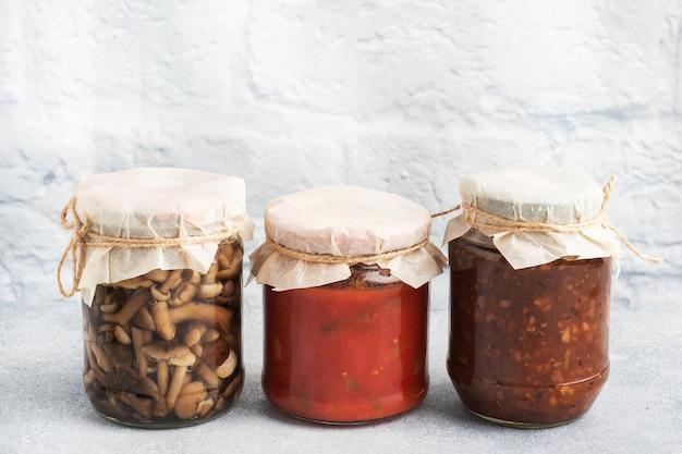 Консервация овощей в банках. продукты брожения. заготовка помидоров и ягод, грибов на зиму. скопируйте пространство.