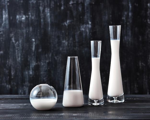 다양한 모양의 유리 병에 천연 유기농 유제품 우유의 보존 기술