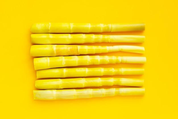 黄色の背景に保存されたタケノコ。