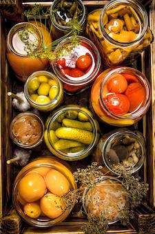Консервы из грибов и овощей в ящике