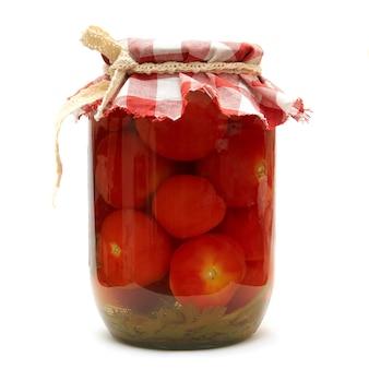 保存します。ガラスの白い背景で隔離のトマトのピクルス