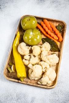 木製トレイに野菜、自家製のおいしい漬物を保存します