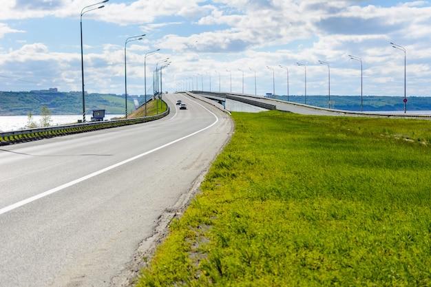 볼가 강의 왼쪽에서 울리야놉스크 시의 대통령 다리. 5825m 길이의 다리는 러시아에서 네 번째로 큰 다리입니다. 맑은 날.