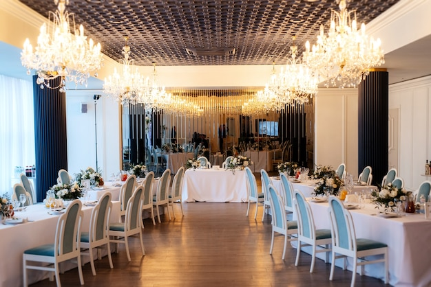 The presidium of the newlyweds in the banquet hall of the restaurant is decorated Premium Photo