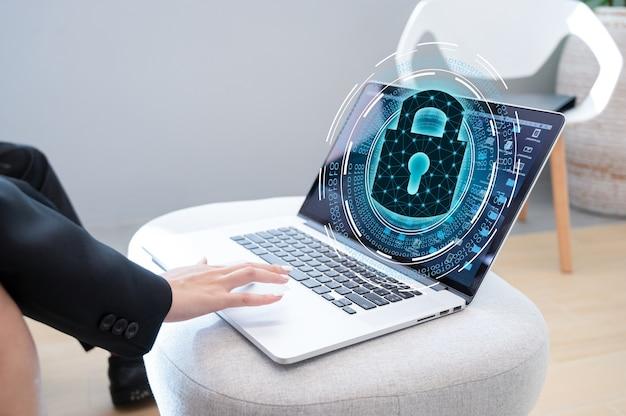 Нажмите кнопку ввода на компьютере. система безопасности с ключом и замком абстрактные технологии мир цифровая связь кибербезопасность