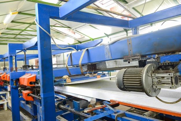 Пресс-машина клеит панель. завод по производству сэндвич-панелей из пенополистирола