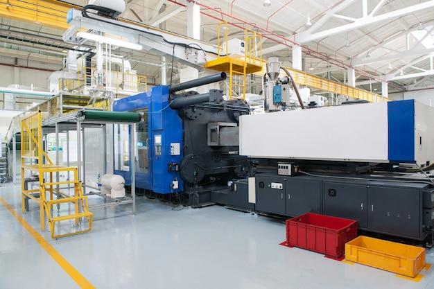 プレス機はオートライトの形で注ぎます。車のヘッドライトの生産のためのプラント