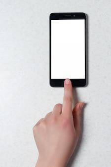 Нажатие кнопки на телефоне, сенсорный экран, обтравочный контур