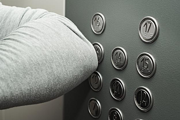 엘보우로 엘리베이터의 버튼 누름
