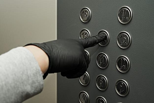 장갑으로 엘리베이터의 버튼을 누르면