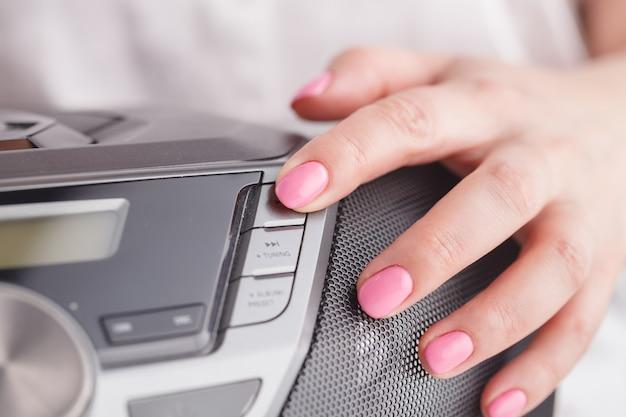 Нажатие кнопки воспроизведения на проигрывателе компакт-дисков