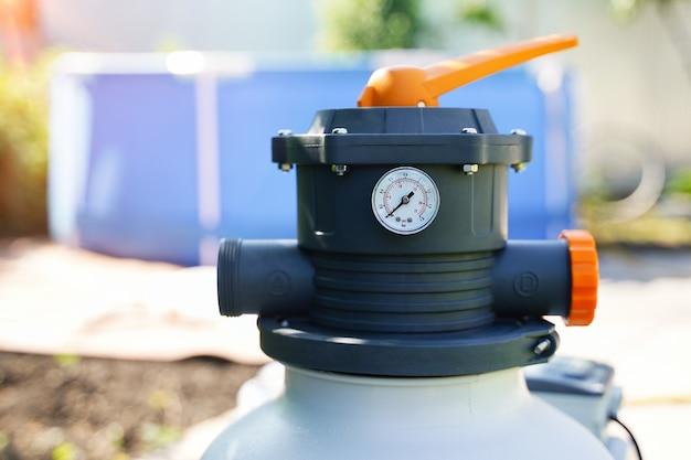 실외 수영장 여과 시스템의 모래 펌프에서 수압을 측정하는 압력계
