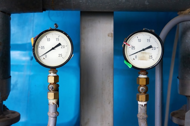 급수관의 압력을 나타내는 압력계.