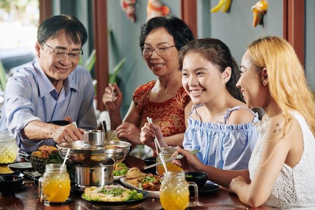 家族との夕食でプレティーンの女の子