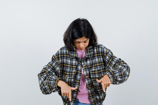 シャツを着たプレティーンの女の子、下向きのジャケット、正面図。