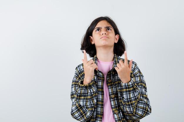 シャツを着たプレティーンの女の子、上向きで気配りのあるジャケット、正面図。