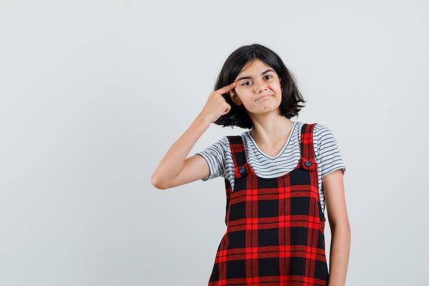 Девочка-подросток в футболке