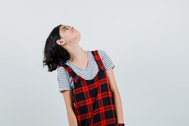 Tシャツで見上げるプレティーンの女の子