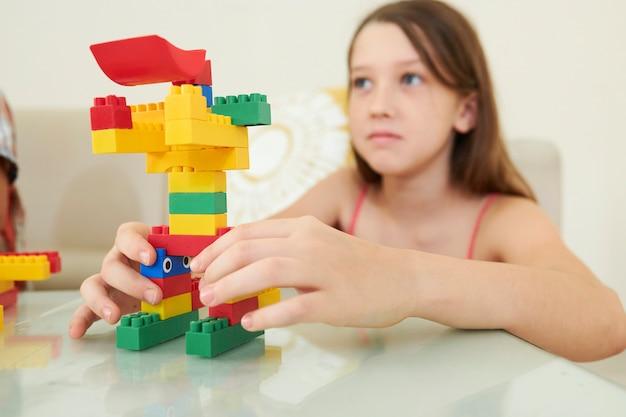 ロボットを作るプレティーンの女の子