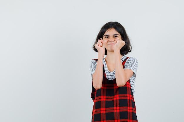Tシャツで拳を上げるプレティーンの女の子