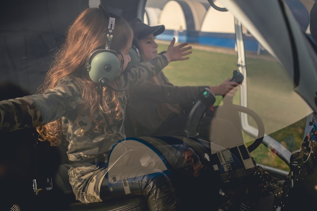 헬리콥터 조종석에 앉아 옆으로 팔을 뻗은 초반 이었죠 소녀