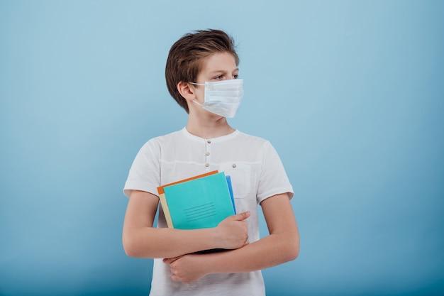의료용 마스크를 쓴 초반에는 파란색 배경에 격리된 책을 들고 있다
