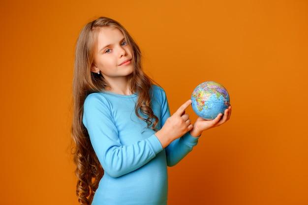 Preteen девушка держит земной шар