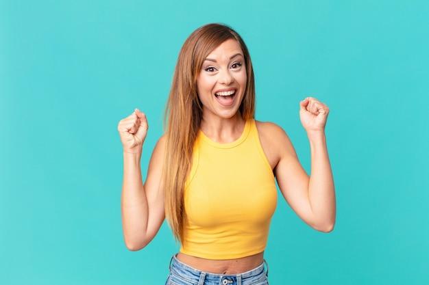 Довольно взрослая женщина потрясена, смеется и празднует успех