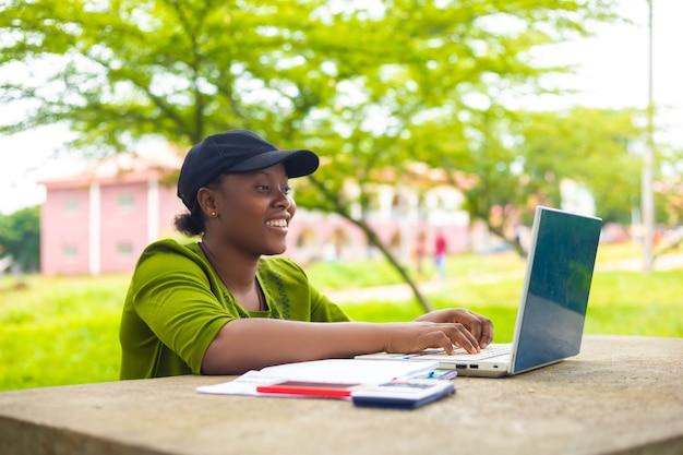 캠퍼스에서 과제를 하고 있는 예쁜 아프리카 학생