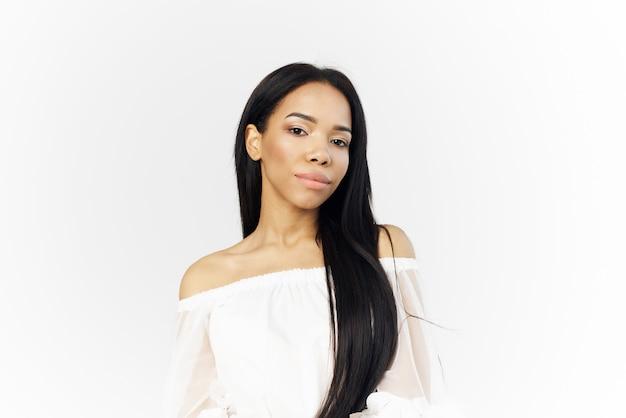 顔の化粧品の魅力のクローズアップを保持しているかなりアフリカの女性