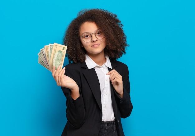 달러 지폐와 예쁜 아프리카 십 대 비즈니스 소녀