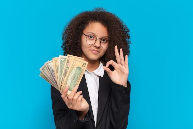 달러 지폐와 예쁜 아프리카 십 대 비즈니스 여자