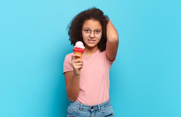 Симпатичный афро-подросток чувствует стресс, беспокойство, тревогу или страх, с руками за голову, паникует из-за ошибки. концепция шумерского мороженого