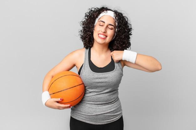 Довольно арабская женщина чувствует стресс, тревогу, усталость и разочарование и держит баскетбольный мяч. спортивная концепция