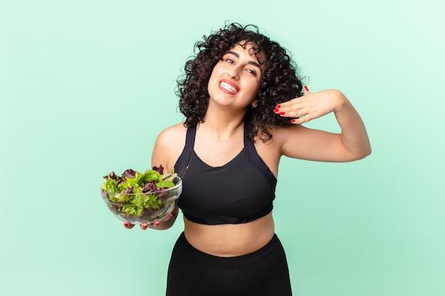 ストレス、不安、倦怠感、欲求不満を感じ、サラダを持っているかなりアラブの女性。ダイエットコンセプト
