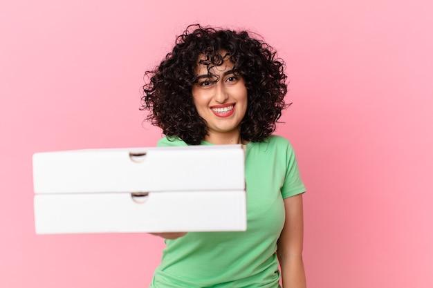 Довольно арабская женщина, держащая коробку для пиццы