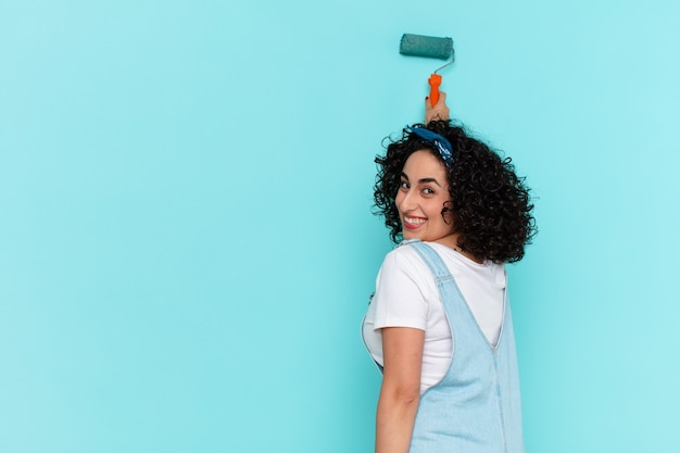 かなりアラブの女性が家の壁の概念を描く