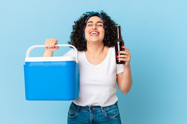 Довольно арабская женщина с портативным холодильником и пивом