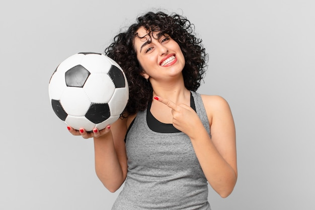 サッカーボールを持つかなりアラブの女性。